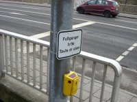 Fußgänger drücken hier