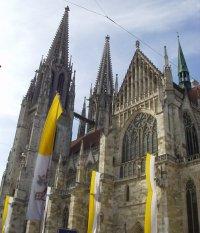Regensburger Dom mit Fahnen